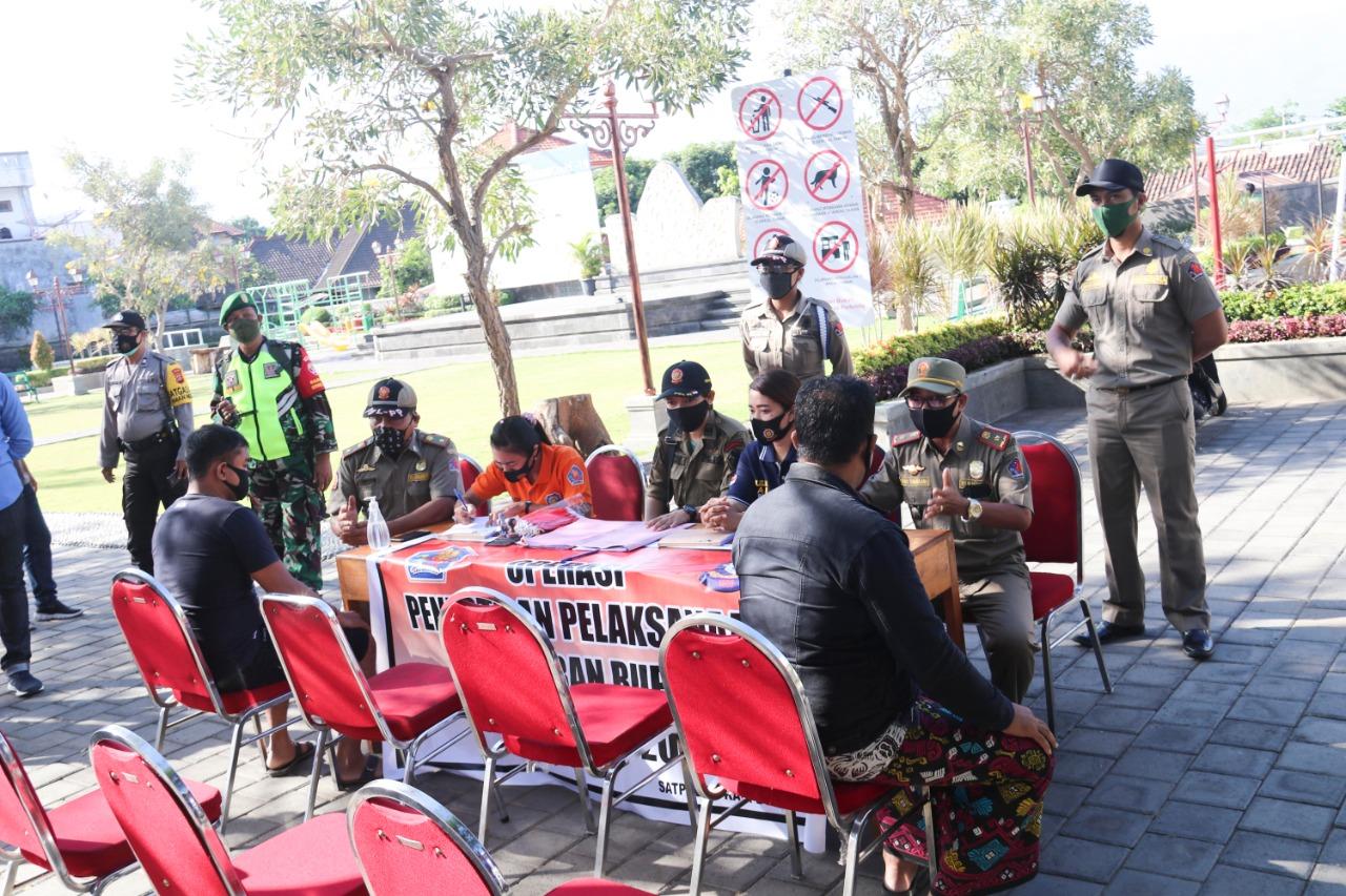 Foto: penindakan pelanggar prokes PENINDAKAN terhadap orang yang melanggar prokes Covid-19 pada hari kedua di Buleleng, Selasa (8/9). Foto: ist