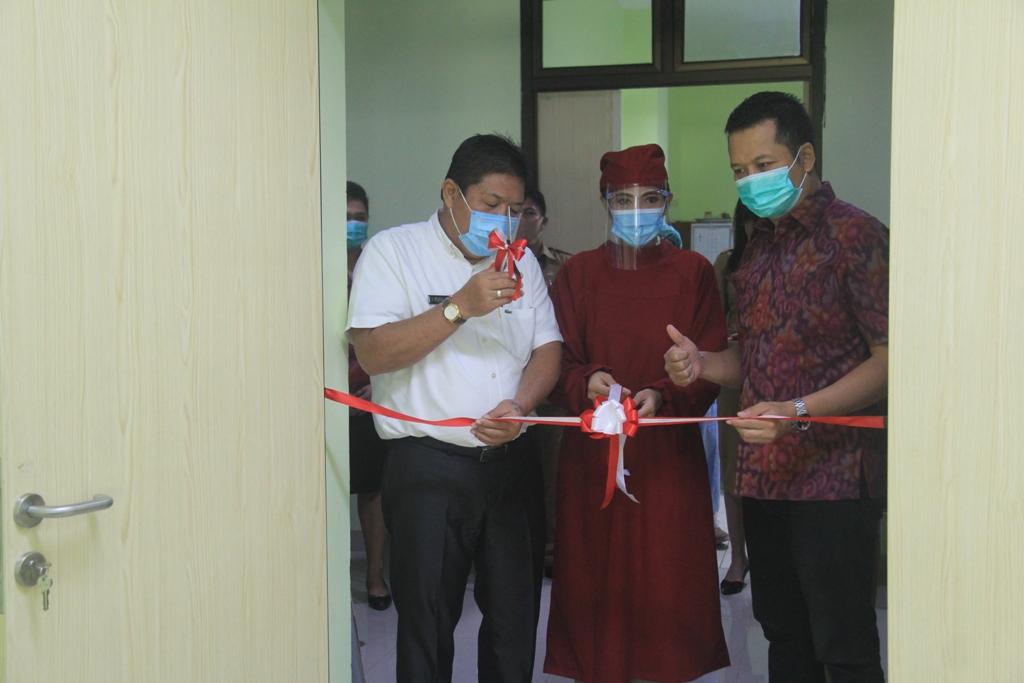 BUPATI Artha (kiri) didampingi Wabup Kembang saat melakukan pemotongan pita peresmian poli mata RSU Negara, Senin (14/9). Foto: ist