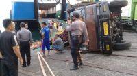 Pos bali/ist Truk terguling saat hendak keluar dari kapal di Pelabuhan Gilimanuk, Jembrana, Senin (21/9).