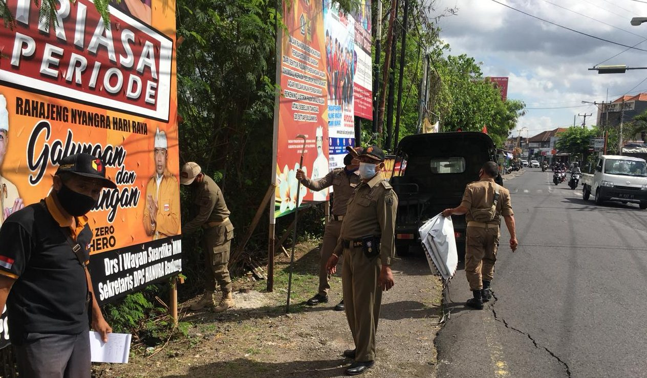 SATPOL PP Badung saat melakukan penurunan Baliho. Foto: ist