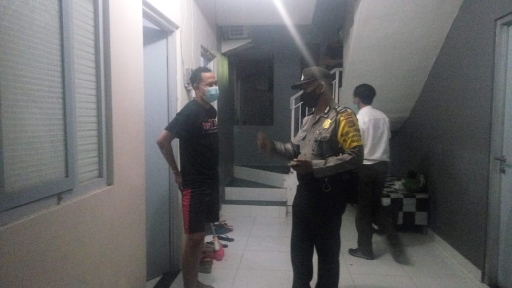 PENDATAAN penduduk nonpermanen di wilayah Banjar Mertha Rauh, Dangin Puri Kangin, Senin (5/10/2020) malam. Foto: ist