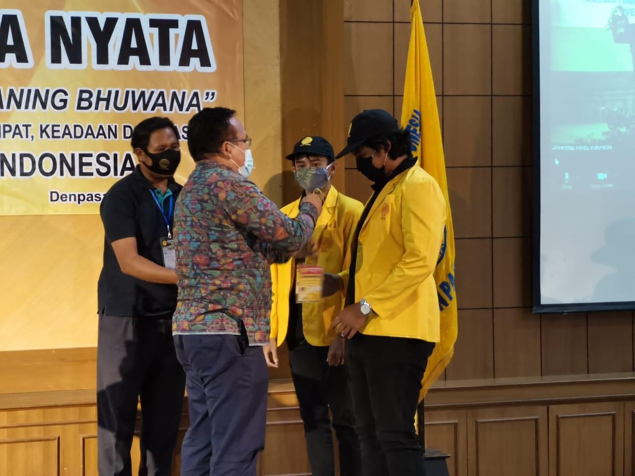 PENUTUPAN KKN Unhi tahun 2020 ditandai dengan pelepasan tanda peserta KKN, Rabu (7/10/2020). Foto: ist