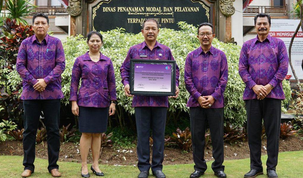 KADIS DPMPTSP Kabupaten Badung, I Made Agus Aryawan; didampingi Sekretaris dan Para Kepala Bidang menerima Public Service Award of The Year Bali 2020, Sabtu (10/10/2020). Foto: ist