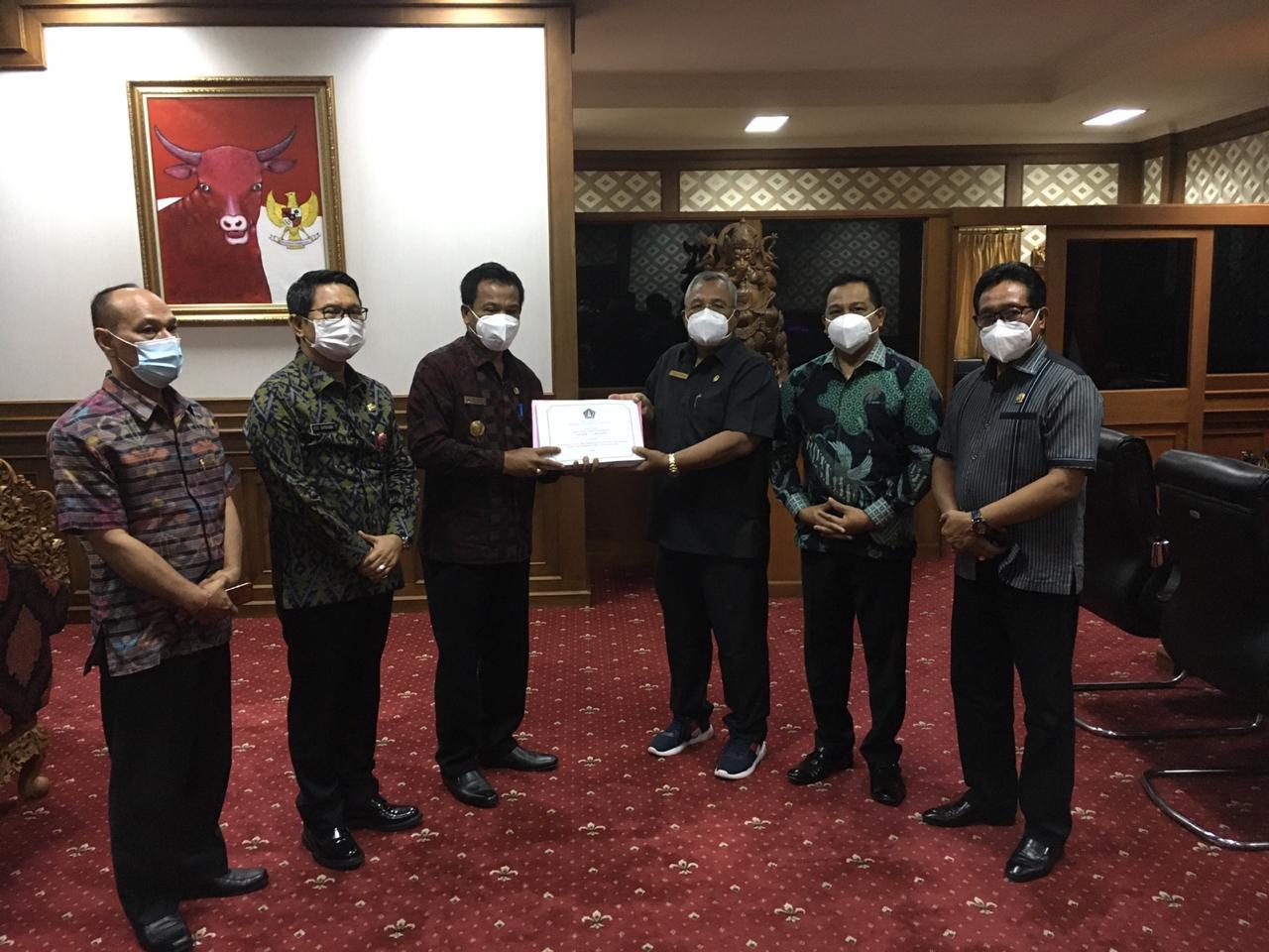 PIMPINAN DPRD Badung menerima dokumen RAPBD Badung tahun 2021 yang diserahkan Pjs. Bupati Badung, I Ketut Lihadnyana. Foto: ist