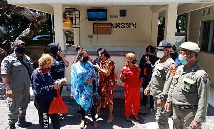 PEMULANGAN delapan PSK oleh Tim Yustisi Kota Denpasar, Senin (26/10/2020). Foto: ist