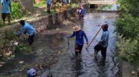 PASUKAN Biru Prokasih DPUPR Kota Denpasar saat membersihkan Tukad Loloan, Desa Sanur Kauh, Sabtu (17/10/2020). Foto: rap