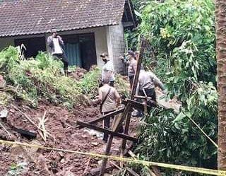 PETUGAS dibantu warga melakukan evakuasi korban longsor di Banjar Saren Kelod, Desa Nongan, Kecamatan Rendang, Karangasem, Sabtu (10/10/2020) pagi. Foto: ist
