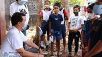 BUPATI Suwirta memberi semangat siswa kelas VII B, SMPN 1 Atap Pejukutan, Kecamatan Nusa Penida, belajar ekstra kulikuler Seni dan Budaya di halaman Kantor Desa Pejukutan, Minggu (18/10/2020). Foto: ist