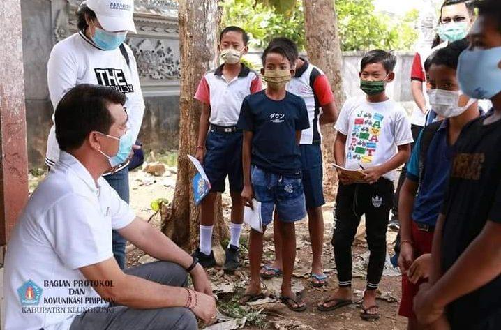 Wifi Sekolah Lemot, Siswa SMP Satap Pejukutan Belajar di Pinggir Kantor Desa