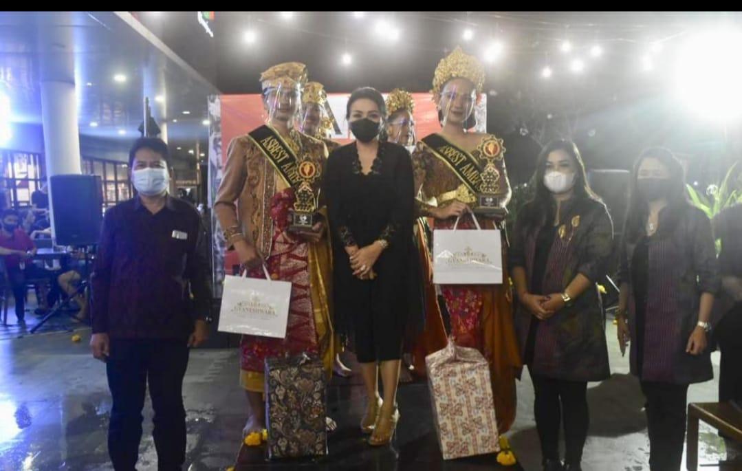 KETUA Dekranasda Kota Denpasar, IA Selly Dharmawijaya Mantra; dan Kadis Koperasi Kota Denpasar, Made Erwin Sryadarma Sena, saat mengadiri penobatan Putra Putri Asbest Ambassador 2020. Foto: ist