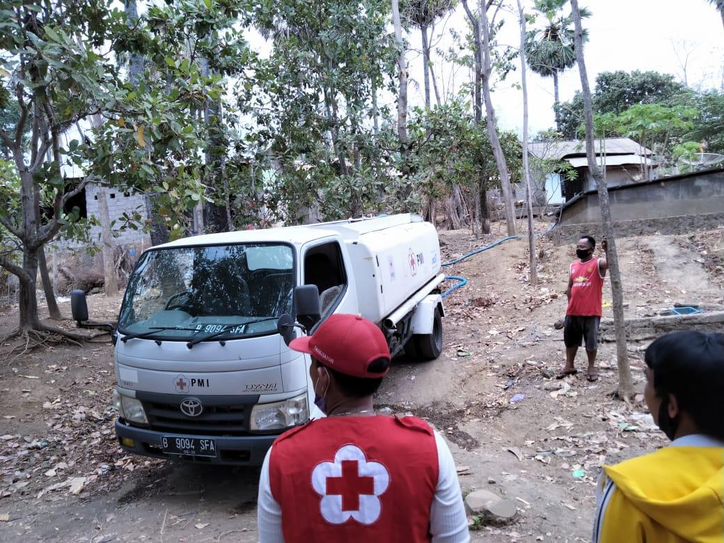 PMI salurkan bantuan air bersih ke Desa Tianyar, Senin (26/10/2020). Foto: nad