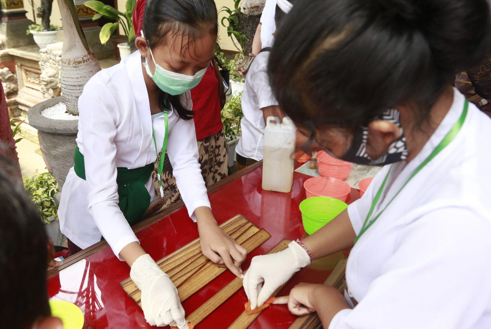 PENYULUH aksara Bali di Kabupaten Klungkung melakukan konservasi lontar, Jumat (9/10/2020) di Museum Semarajaya. Foto: ist