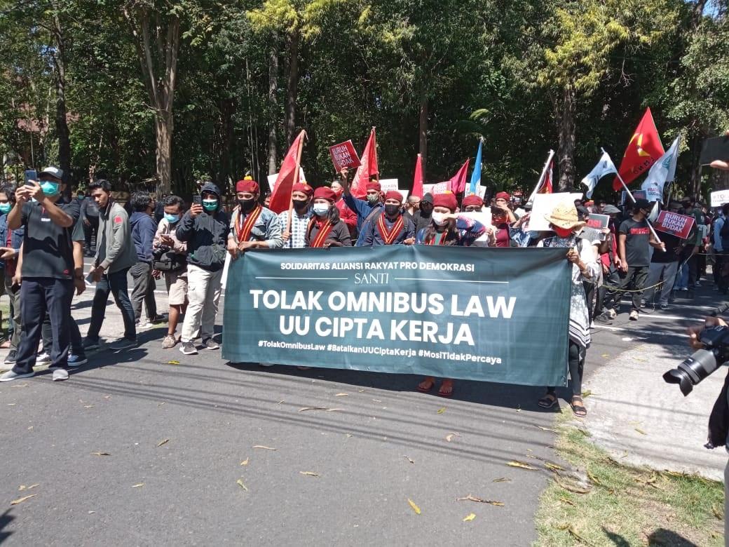 MASSA saat melakukan aksi demonstrasi dan berorasi terkait penolakan terhadap Omnibus Law UU Cipta Kerja di depan kantor DPRD Bali, Renon, Denpasar, Jumat (16/10/2020). Foto: bro