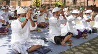 ROMBONGAN Pemkab Jembrana saat melaksanakan persembahyangan di Pura Luhur Giri Salaka Alas Purwo, Banyuwangi, Jawa Timur, Sabtu (25/10/2020). Foto: ist