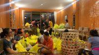 """ANAK-ANAK Ashram Gandhi Puri, Denpasar, tampak sibuk menyiapkan sayur-sayuran untuk dijual di stand """"Waroeng Dadakan"""". Foto: ist"""