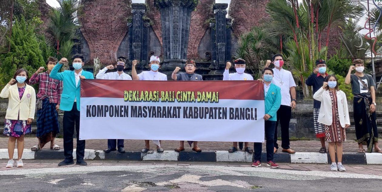 ELEMEN masyarakat Bangli menyuarakan penolakan demo anarkis dengan deklarasi Bali Cinta Damai di depan Monumen Kapten Mudita, Bangli, Jumat (16/10). Foto: gia