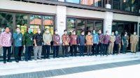 DIREKTUR Utama Bank BPD Bali, I Nyoman Sudharma, bersama Koordinator Wilayah VIII Tim Korsupgah KPK, Adliansyah Malik Nasution dan Sekda Kabupaten/Kota se-Bali usai melaksanakan rapat koordinasi. Foto: ist
