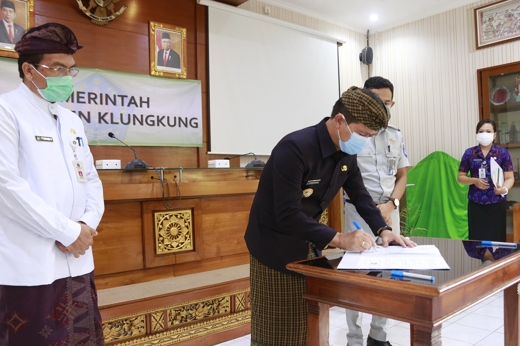 BUPATI Suwirta menandatangani kerjasama dengan PT Jasa Raharja Cabang Bali, Selasa (6/10/2020) di ruang rapat Praja Mandala Kantor Bupati Klungkung.