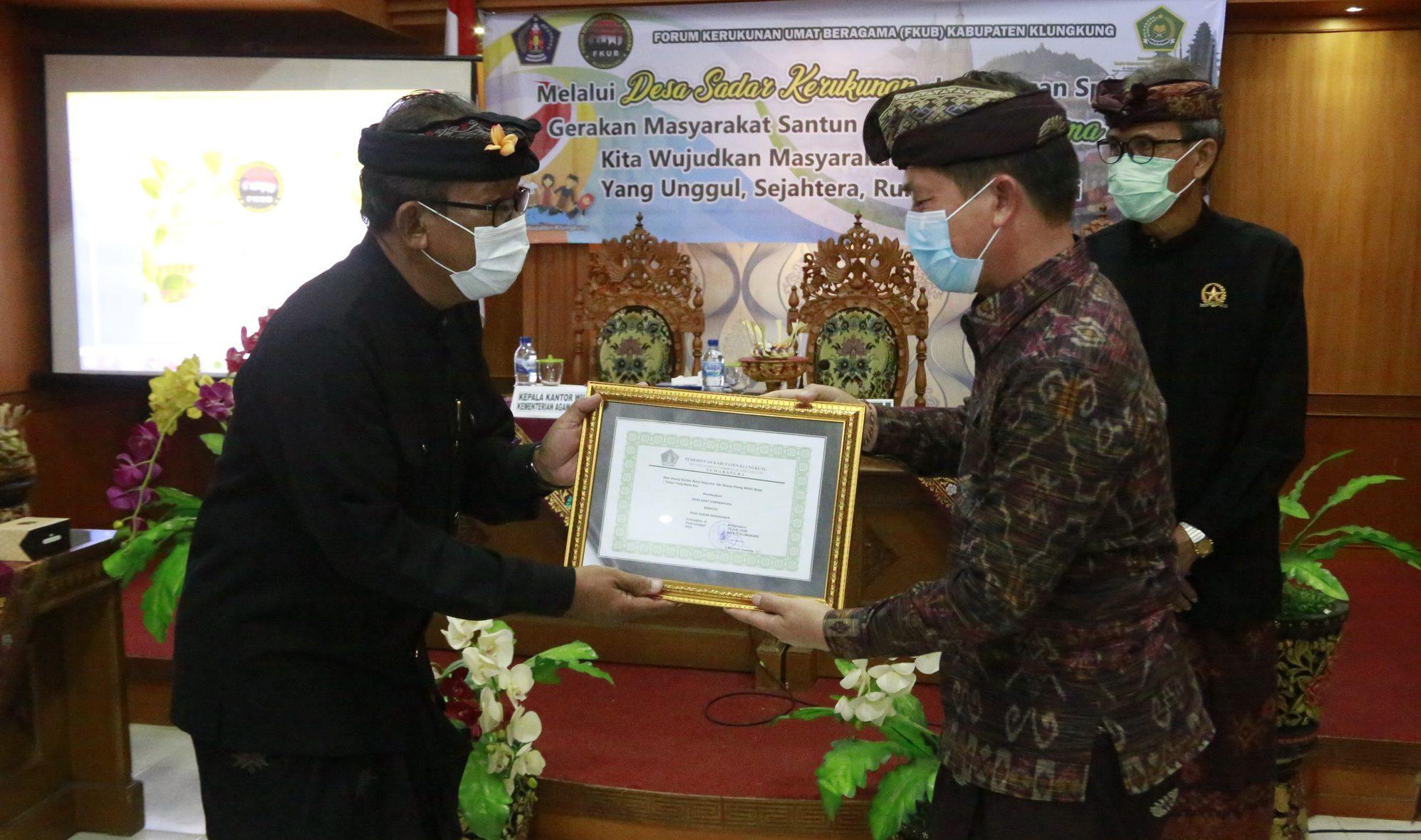 BUPATI Klungkung, I Nyoman Suwirta, menghadiri workshop Desa Sadar Kerukunan Tahun 2020 di aula kantor Kementerian Agama Klungkung, Rabu (7/10/2020). Foto: ist