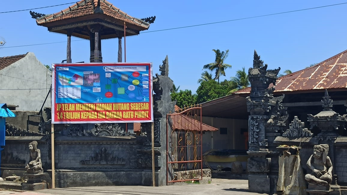 PEMASANGAN baliho oleh sejumlah masyarakat di Desa Kubutambahan, Buleleng. Foto: ist