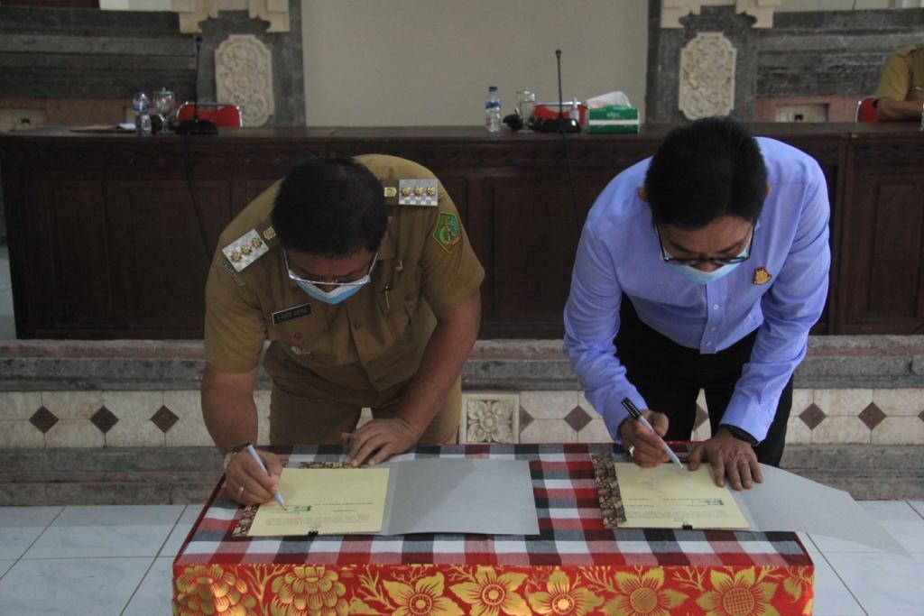 BUPATI Jembrana, I Putu Artha,menandatangani nota kesepahaman bantuan hukum perdata dan tata usaha negarabersama Kajari Jembrana, Pipiet Suryo Priarto Wibowo, Senin (5/10/2020). Foto: man