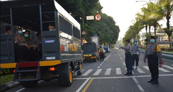 PEMBERANGKATAN kompi dalmas Polres Tabanan menuju Makobrimob Tohpati, Denpasar, Selasa (20/10/2020), dalam rangka BKO pengamanan dan penanganan aksi unjuk rasa terkait penolakan UU Omnibus Law. Foto: gap