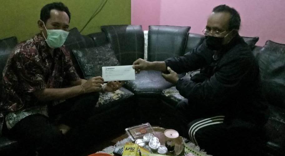 ANGGOTA DPRD Tabanan, I Gusti Nyoman Omardani, ketika menerima surat pemberitahuan dan pencegahan dini dari Bawaslu untuk mengajukan cuti jika ikut kegiatan kampanye Pilkada Tabanan 2020. Foto: gagah