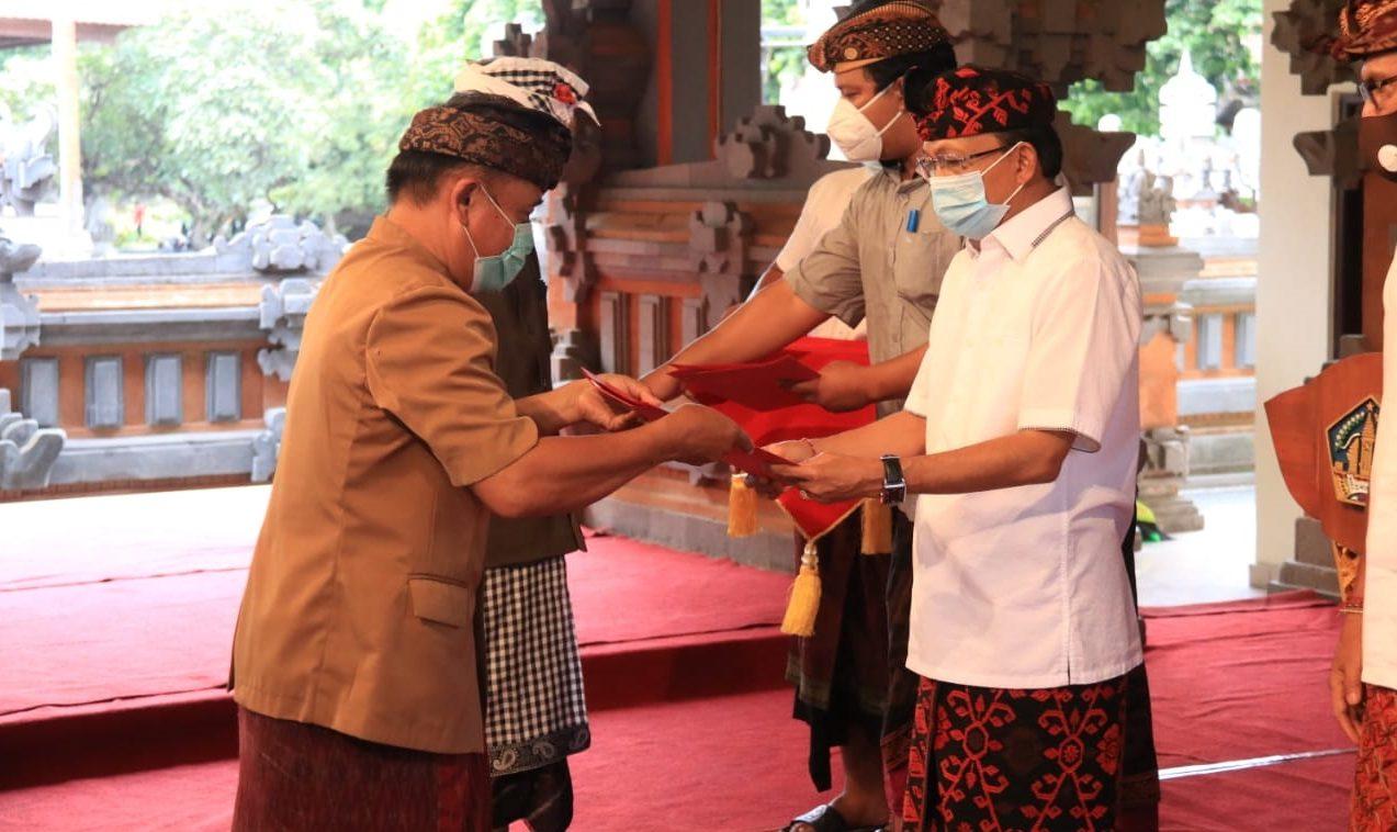 GUBERNUR Koster menyerahkan dana secara simbolis kepada perwakilan Majelis Desa Adat Kabupaten/Kota di Wantilan Kertha Sabha, Denpasar, Rabu (7/10/2020).