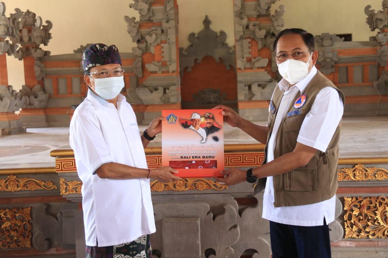 Foto: GUBERNUR Bali, Wayan Koster, memberi kenang-kenangan kepada Deputi Bidang Sisban Strategi BNPB, Wisnu Widjajausai, keduanya bertemu di Jayasabha, Denpasar, Kamis (1/10/2020). Foto: ist