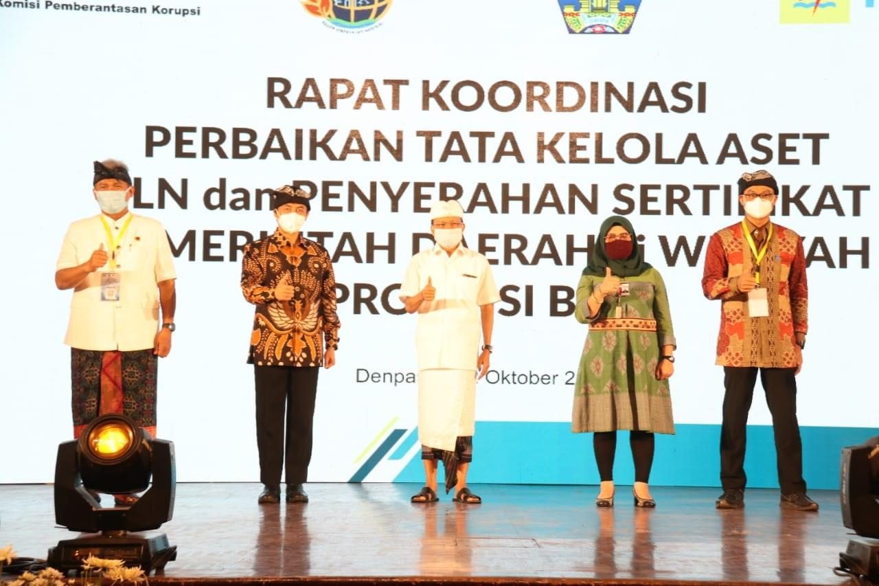 GUBERNUR Koster berfoto Bersama dalam acara Rakor Perbaikan Tata Kelola Aset dan Penyerahan Sertifikat Aset PT PLN (Persero) dan Pemerintah Daerah di wilayah Provinsi Bali di Prime Plaza Hotel, Sanur, Kamis (22/10/2020). Foto: ist