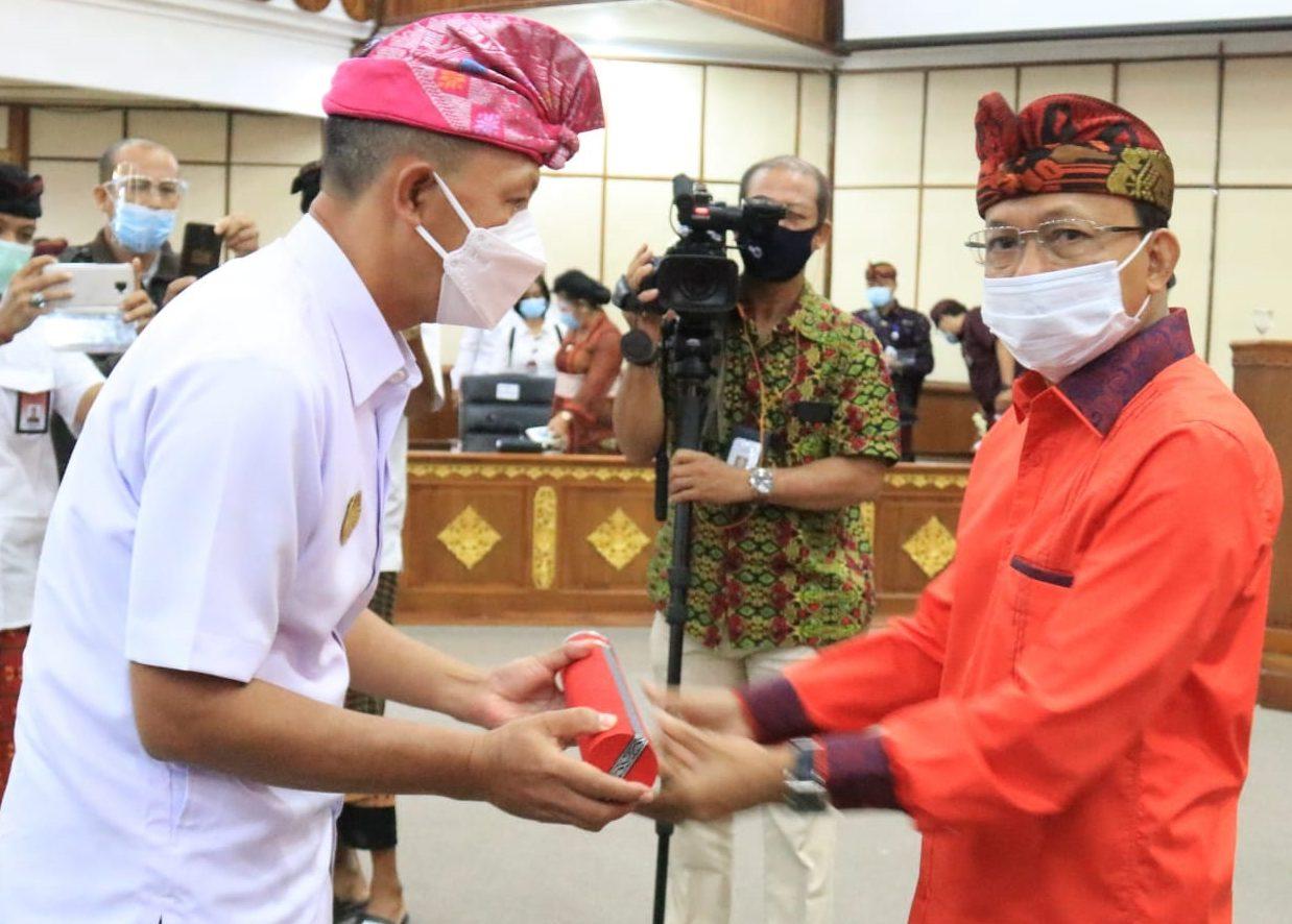 GUBERNUR Koster saat melantik Serinah menjadi Pjs Bupati Karangasemdi Wiswa Sabha Utama, Kantor Gubernur Bali, di Denpasar, Selasa (6/10/2020). Foto: ist