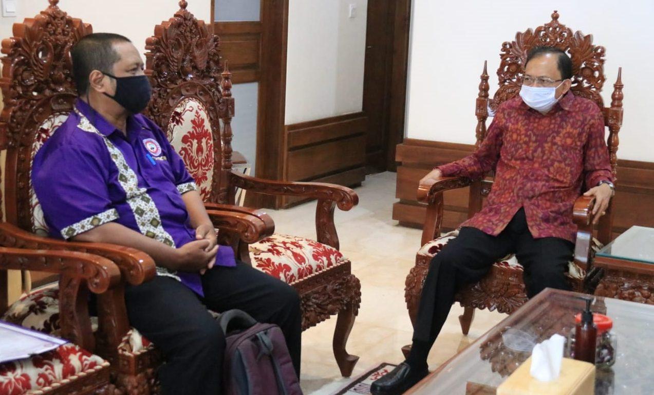 GUBERNUR Koster saat menerima Ketua PD FSP Par - SPSI Bali Putu Satyawira Marhaendradi Jayasabha, Denpasar, Senin (12/10/2020). Foto: ist