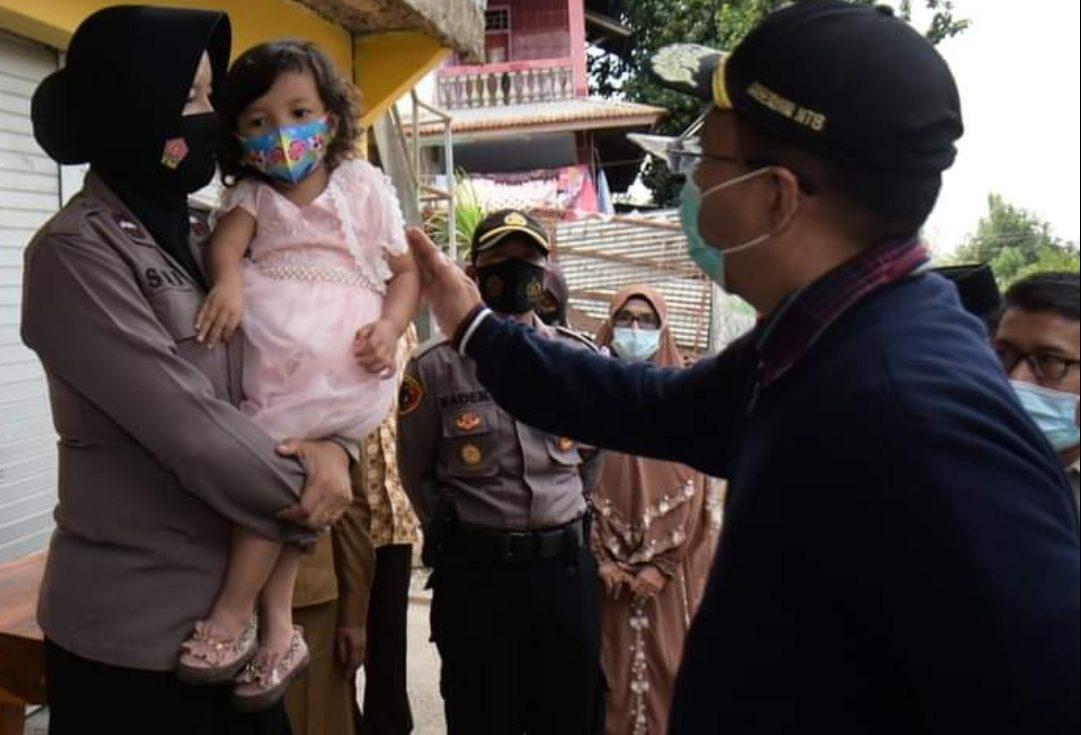 GUBERNUR NTB Dr. H. Zulkieflimansyah saat mendatangi kediaman Aipda Ismi Andri Nurwati di Dompu, kemarin. Foto: ist