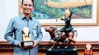 DIREKTUR Utama Bank BPD Bali, I Nyoman Sudharma, meraih penghargaan di ajang Top GRC Award 2020 & GRC Summit 2020. Foto: ist