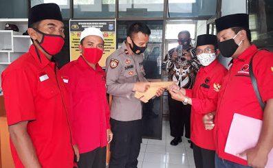 PARA pengurus PDIP Loteng melaporkan sejumlah akun medsos ke Polres Loteng, Senin (19/10/2020). Foto: fahrul