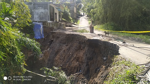 JALAN penghubung antara Lingkungan Bebalang dengan Banjar Tegal, Kelurahan Bebalang, yang nyaris jebol akibat hujan deras beberapa hari terakhir. Foto: gia