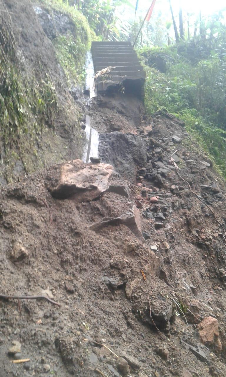 AKSES jalan menuju Cagar Budaya Candi Tebing putus akibat longsor. Foto: gia