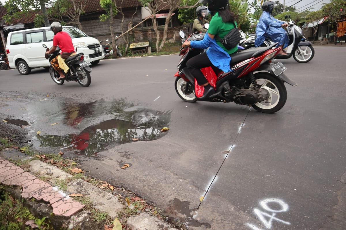DRAINASE yang akan diperbaiki untuk mengatasi banjar di Jalan Raya Bedulu. Foto: adi