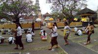 SUASANA persembahyangan di Pura Agung Jagatnatha Denpasar. Foto: ist