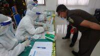 PEGAWAI Kejaksaan Negeri Karangasem menjalani tes urine, Senin (19/10/2020). Foto: nad