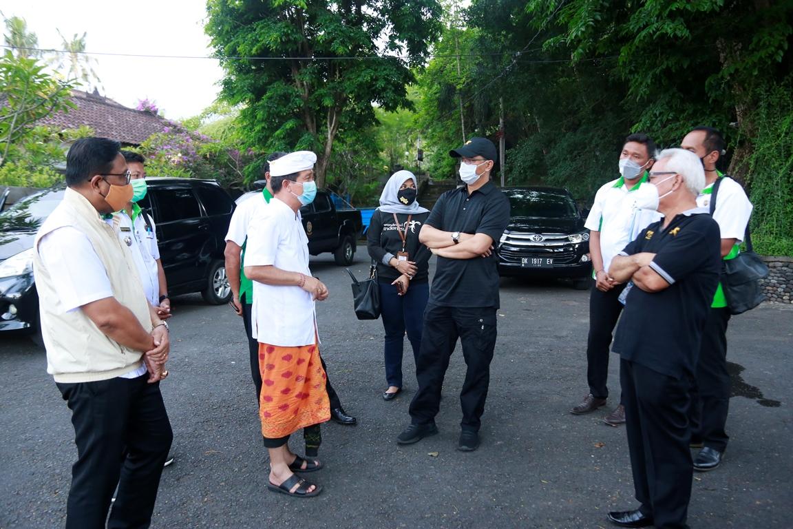 DIREKTUR Pengembangan Destinasi Regional II Deputi Bidang Pengembangan Destinasi dan Infrastruktur Kemenparekraf, Wawan Gunawan, mengunjungi pelataran parkir Pura Goa Lawah, Desa Pesinggahan, Rabu (21/10/2020).