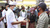 BUPATI Suwirta memantau penyerahan BLT di Kecamatan Nusa Penida, Rabu (21/10/2020). Foto: ist