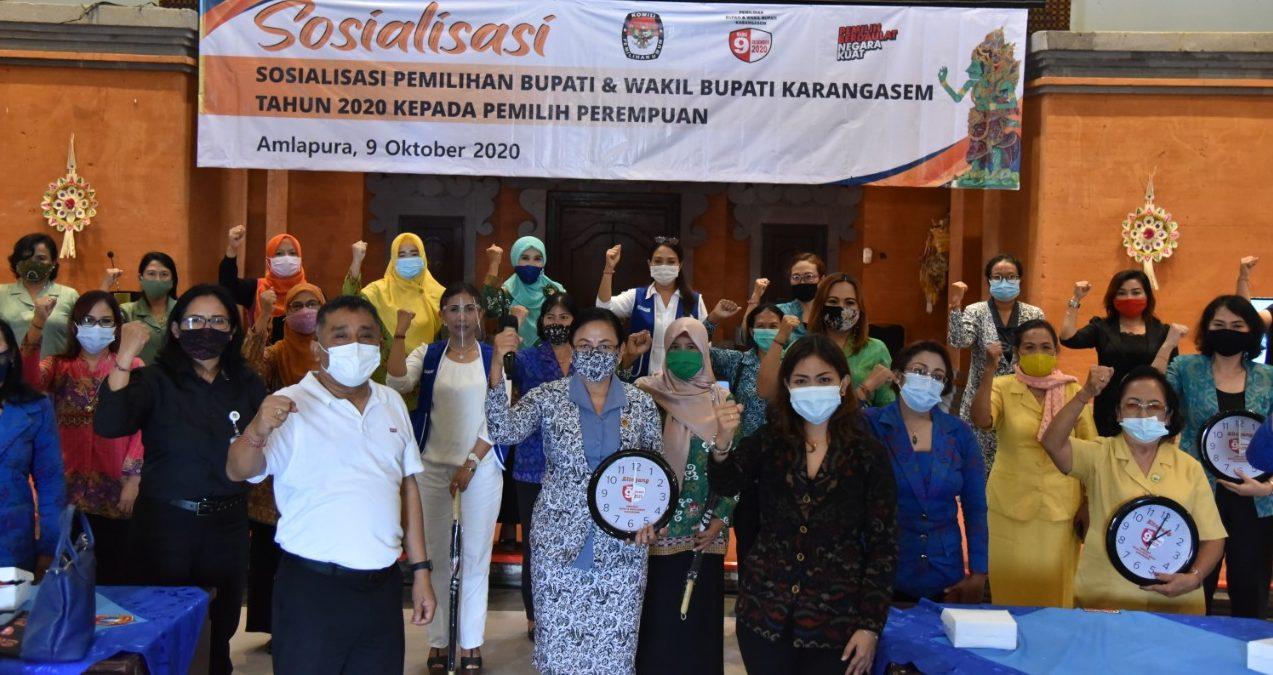 PULUHAN ibu-ibu dari berbagai organisasi perempuan mengikut sosialisasi pemilihan Bupati dan Wakil Bupati yang digelar KPU Karangasem, Jumat (9/10/2020). Foto: nad