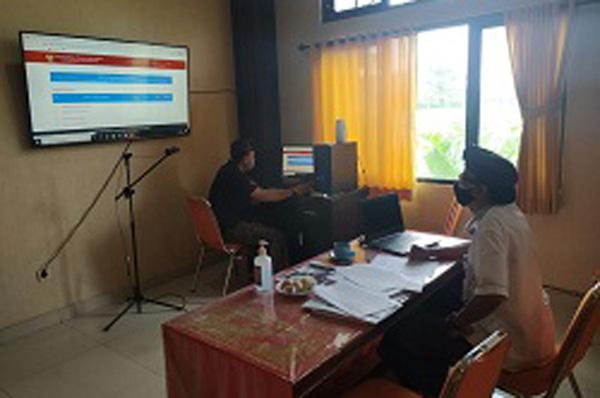 ANGGOTA KPU Tabanan, Ketua Divisi Hukum dan Pengawasan, I Wayan Sutama, saat mengikuti bimtek secara virtual, yang digelar MK RI dalam rangka Pemilihan Serentak Lanjutan 2020 di tengah pandemi Covid-19. Foto: ist