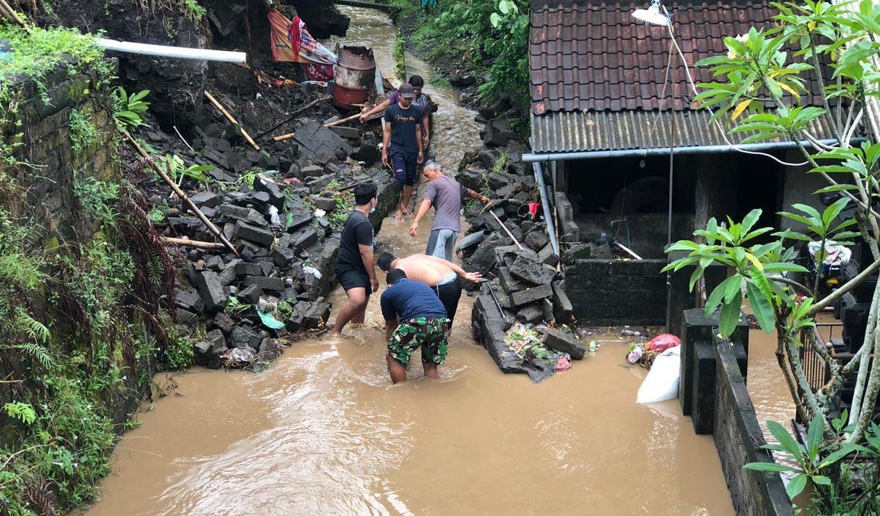 SEHARI semalam diguyur hujan deras, Sabtu (10/10/2020), sejumlah wilayah di Tabanan jadi lumpuh akibat banjir, tanah longsor, dan pohon tumbang. Foto: ist