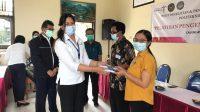 KETUA P3M Poltek Par Bali, Dr. Ni Made Eka Mahadewi M.Par., menyerahkan sertifikat secara simbolis kepada salah seorang peserta pelatihan dan pengembangan Desa Wisata Cau Belayu, Tabanan. Foto: ist