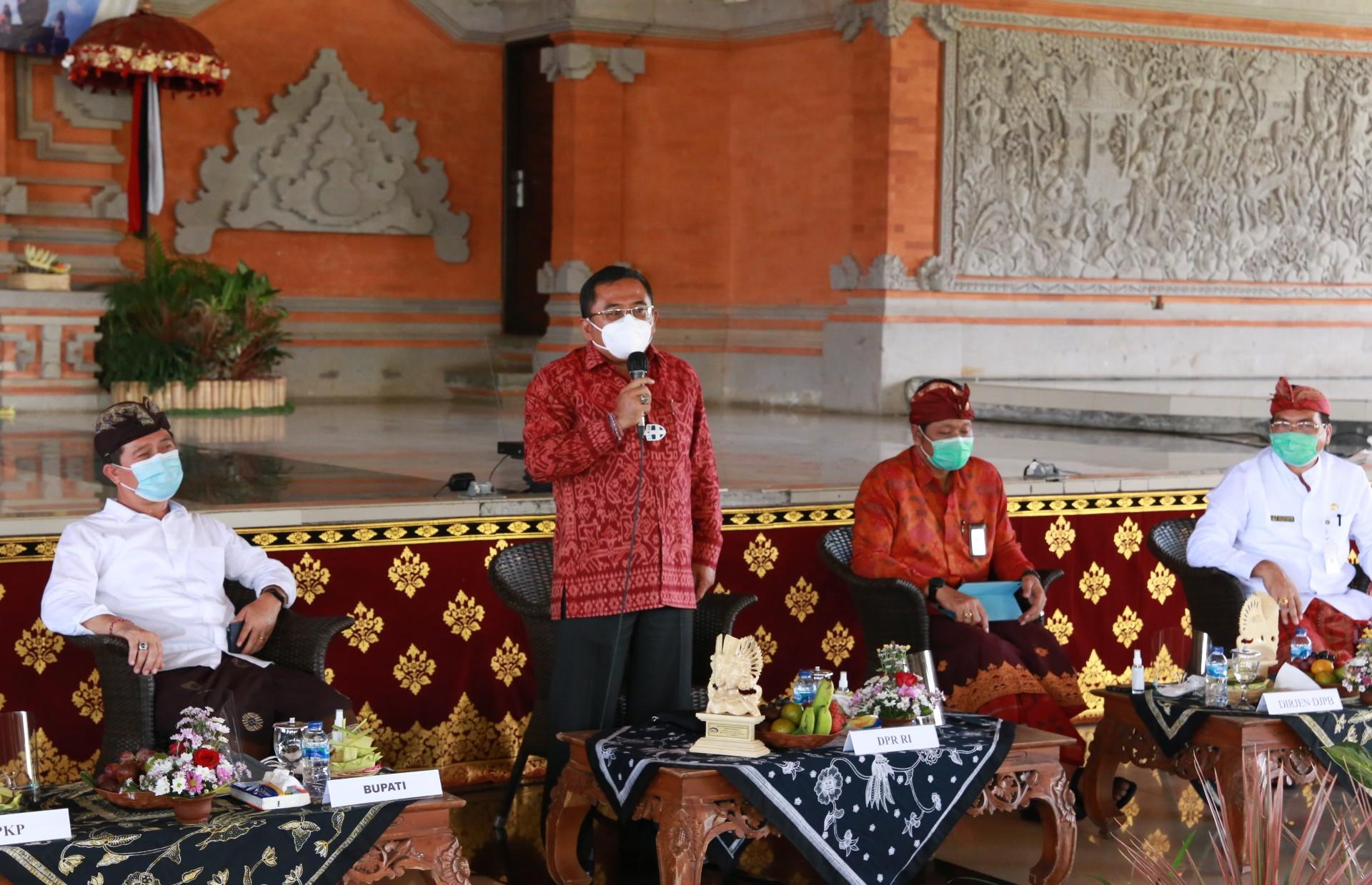 ANGGOTA Komisi XI DPR RI, I Gusti Agung Rai Wirajaya, saat menghadiri workshop Pengelolaan Dana Desa di Balai Budaya Ida Dewa Agung Istri Kanya, Klungkung, Kamis (15/10/2020). Foto: ist