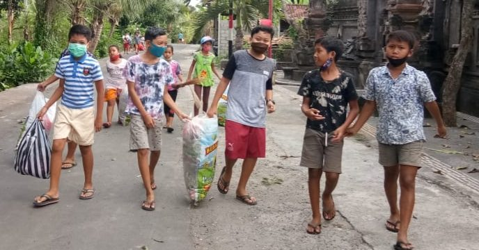 ANAK-ANAK di lingkungan Banjar Banda, Desa Saba, Blahbatuh, memunguti sampah plastik di sepanjang jalan dan selokan. Foto: adi