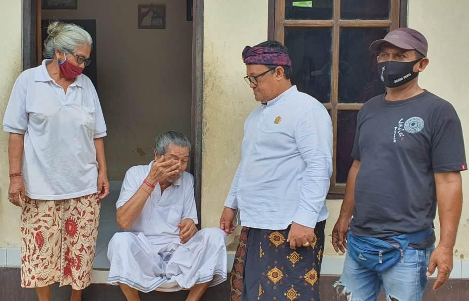 Foto: Mangku Srijong - ist AA Ngurah Panji Astika mengunjungi Jero Mangku Gede Pura Srijong, di Banjar Payan, Desa Adat Batu Lumbang, Selemadeg, Tabanan, Rabu (14/10). Foto: gap