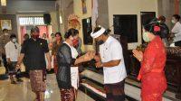 BUPATI Tabanan, Ni Putu Eka Wiryastuti, mengucapkan selamat kepada I Gede Oka Winaya, usai pelantikan PAW di Gedung DPRD Tabanan, Senin (26/10/2020). Foto: ist